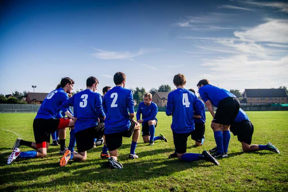 soccer-team-play